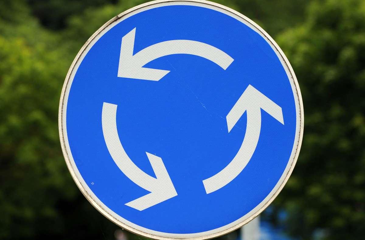 Bei dem Unfall in einem Möglinger Kreisverkehr entsteht ein hoher Sachschaden (Symbolbild). Foto: dpa/Patrick Seeger