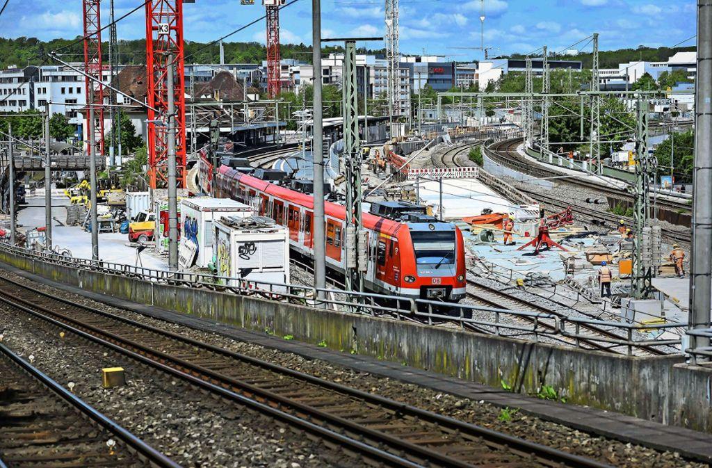 Am Bahnhof in Feuerbach tauchen die S-21-Gleise wieder auf. Der Tunnel könnte nochmals deutlich länger werden. Foto: Lichtgut/Max Kovalenko