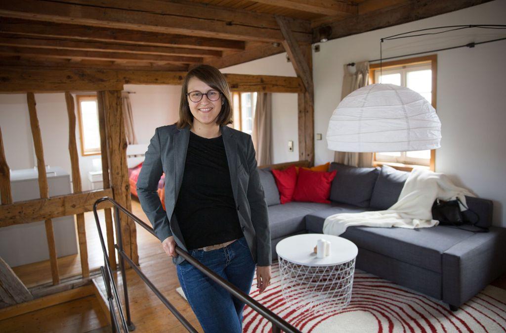 Marlene Kleiner in ihrem   Wohn-, Schlaf- und  Esszimmer in der Esslinger Hochwacht. Mehr Einblicke in die privaten Wohnräume in historischen Gebäuden in der Region  gibt's in unserer Bilderstrecke. Foto: Ines Rudel