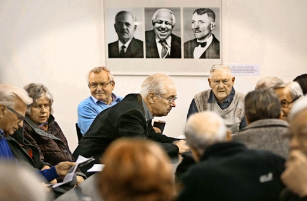 Auch der frühere Göppinger Landrat  Franz Weber (vierter von links) hat sich für Rechberghausen engagiert und die Lebensläufe mehrerer Rechberghäuser Bürgermeister recherchiert und in einem Aufsatz dargelegt. Foto: Horst Rudel