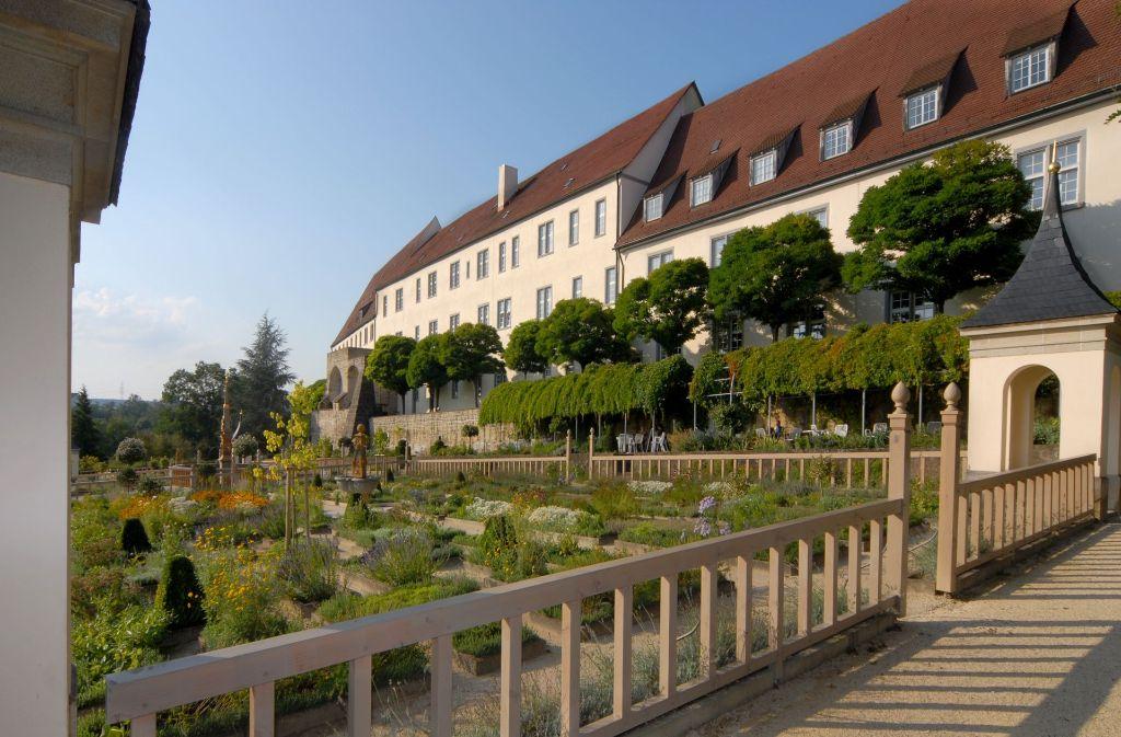 Der Mittelbau (Mitte) sowie der Verbindungsbau (rechts) und der Marstall, in denen das Finanzamt sitzt,  sollen feuerfest gemacht werden. Foto: Stadt Leonberg