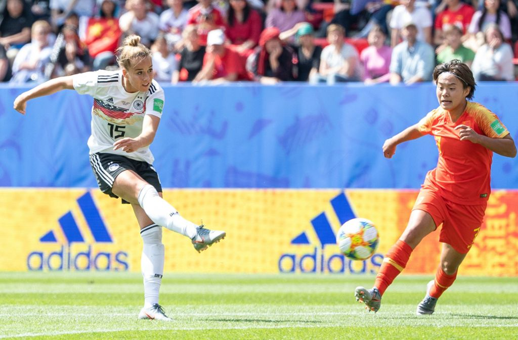 Vollspann zum ersten Turniertor: Giulia Gwinn trifft zum 1:0 gegen China. Foto: dpa