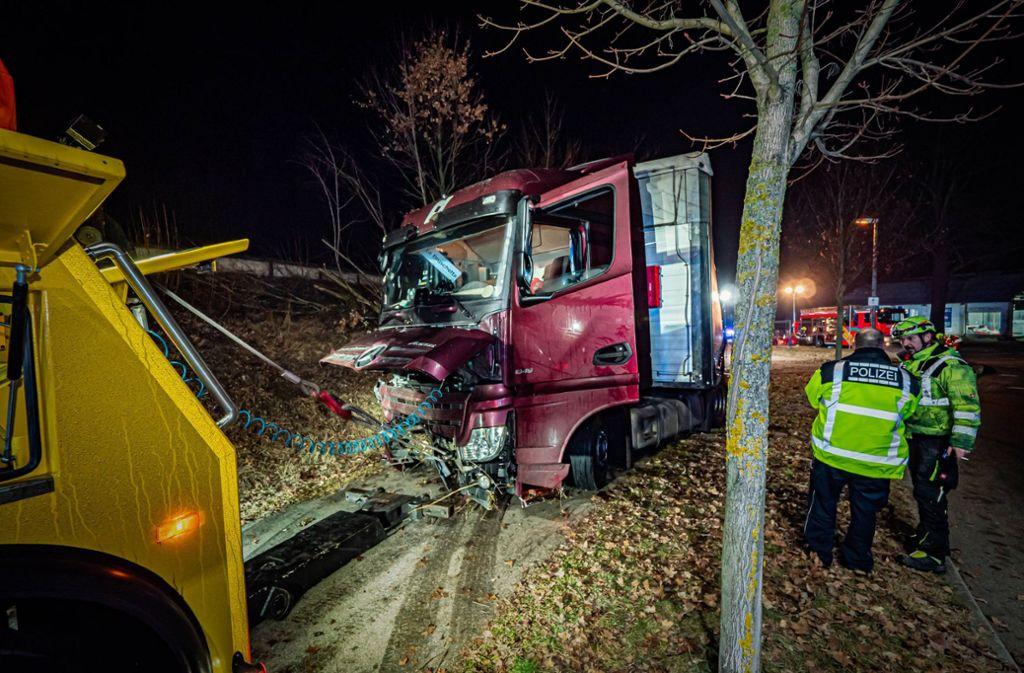 Die Bahnstrecke war nach dem Unfall in Metzingen zeitweise nicht mehr befahrbar, weil umgestürzte Bäume auf den Gleisen lagen. Foto: 7aktuell.de/Alexander Hald