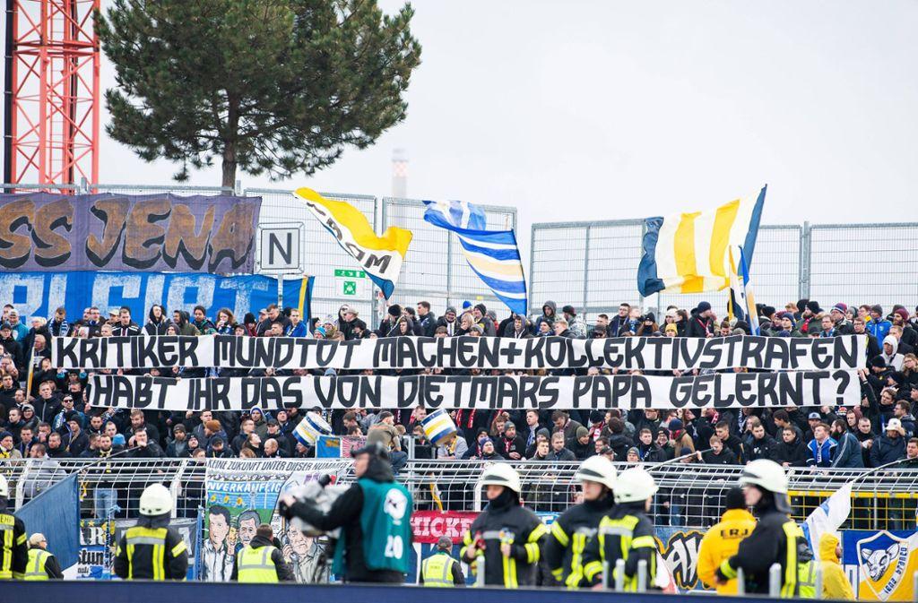 Mit Schmähplakaten brachten die Fans von Carl Zeiss Jena das Spiel gegen 1860 München fast zum Abbruch. Foto: imago images/Christoph Worsch via www.imago-images.de