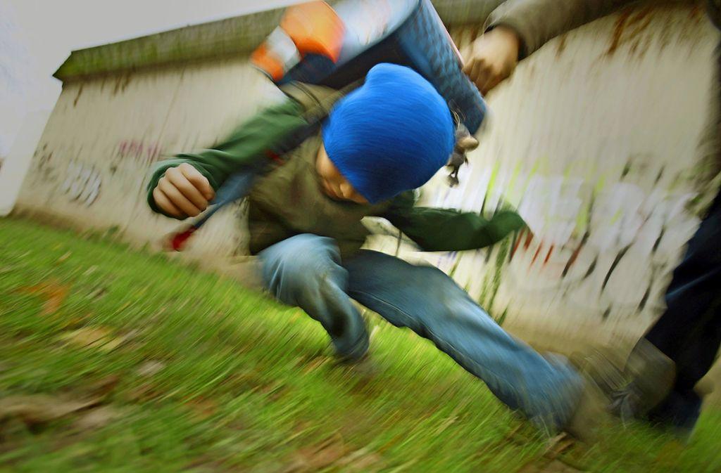 Mobbing kann mit körperlicher Gewalt einhergehen, muss es aber nicht. Foto: dpa