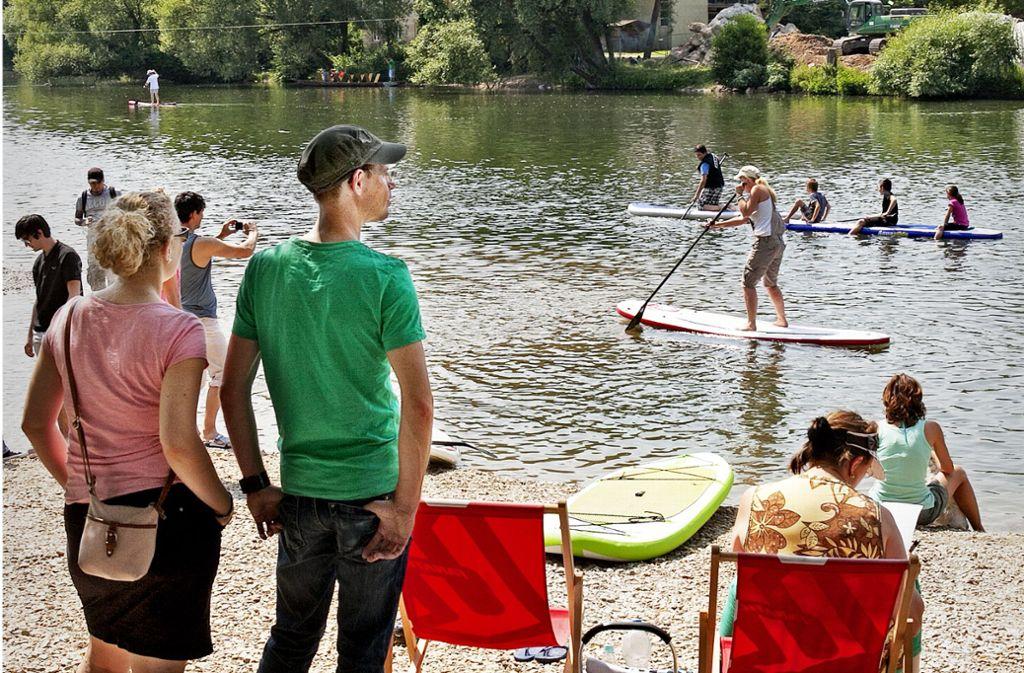 Der Neckar lädt zum Stand-up-Paddeln  ein, und das Steinachdreieck wird zu einem Kiesstrand. Foto: