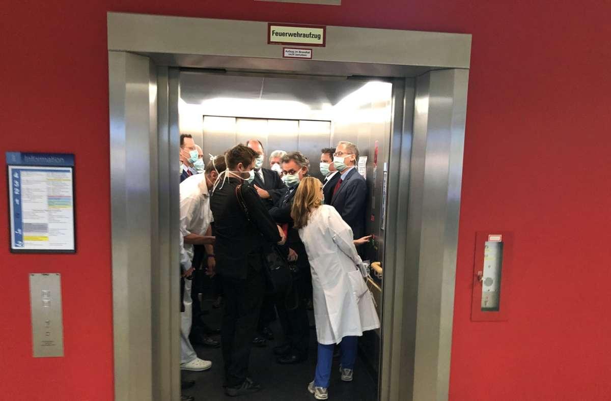 Das Foto, das zeigt wie sich unter anderem Bouffier und Spahn im Aufzug drängeln, bleibt ohne Folgen. Foto: dpa/Bodo Weissenborn