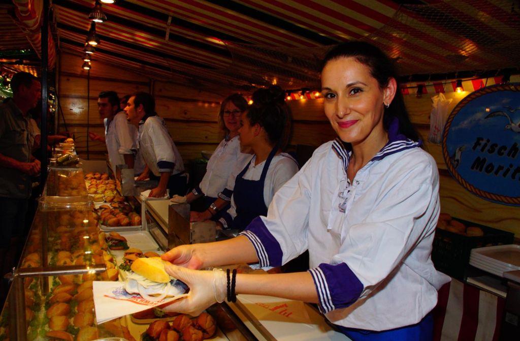 Leckere Fischbrötchen gibt's natürlich auch auf dem Hamburger Fischmarkt. Foto: Andreas Rosar Fotoagentur-Stuttg