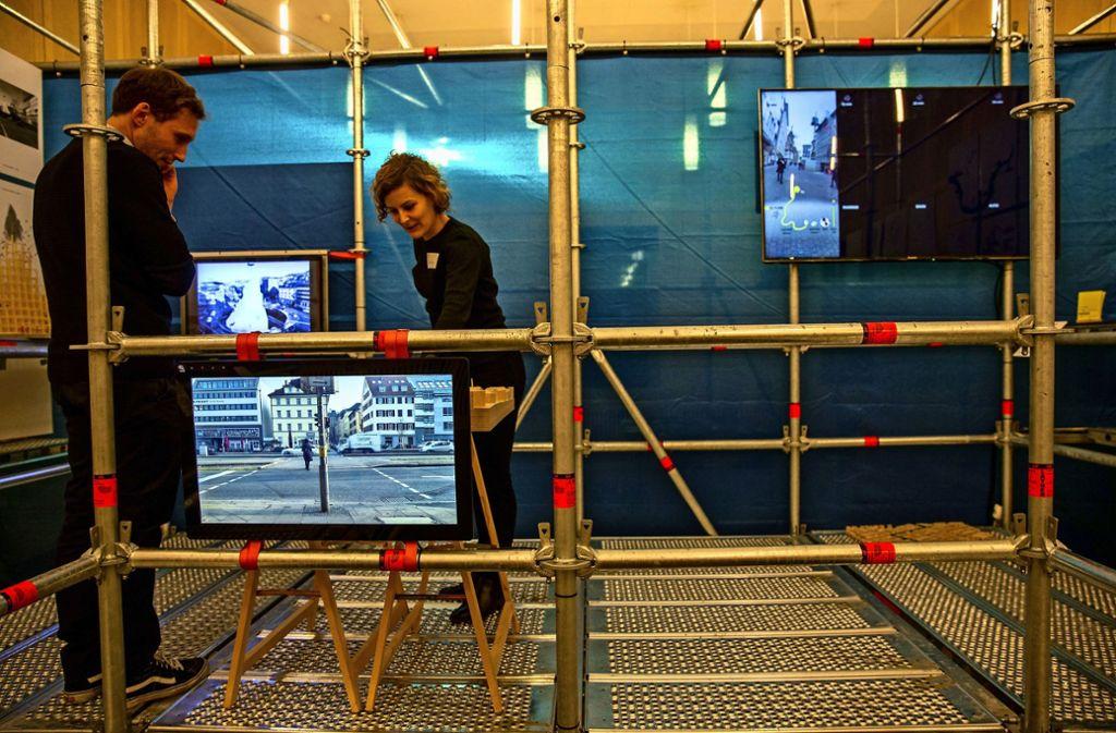 Sebastian Klawiter und Hanna Noller von der Uni Stuttgart haben die Ausstellung mit den Studenten konzipiert. Foto: Lichtgut/Leif Piechowski