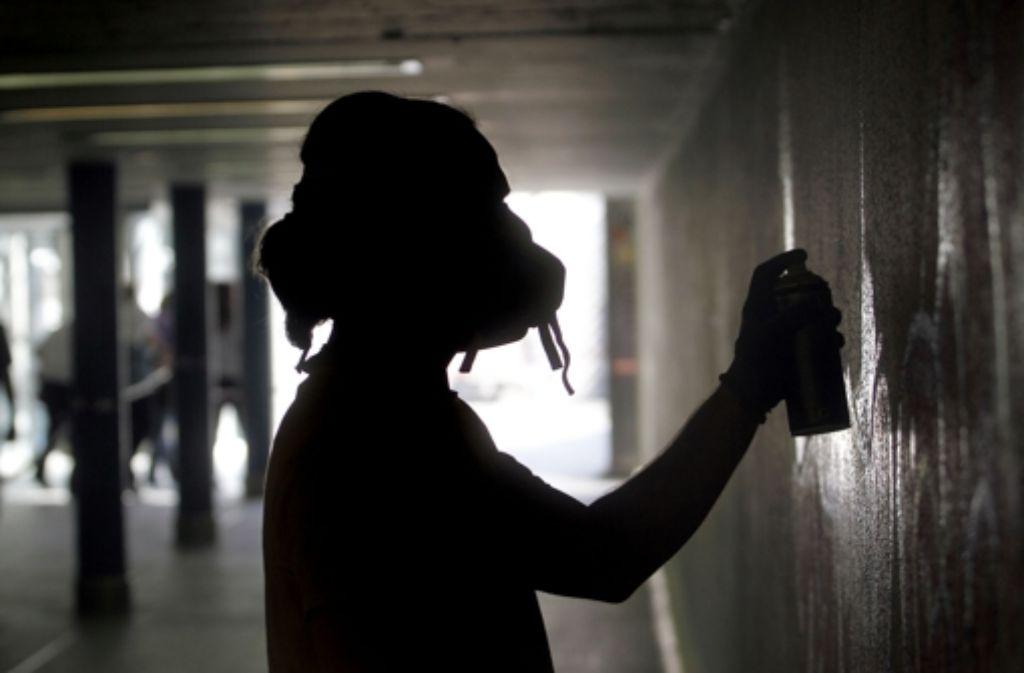 Wer illegal sprüht, begeht eine Straftat. Aber wie geht man mit den Sprayern um? Auf diesem Foto aus der Hall of Fame in Sutttgart wird legal gesprüht. Foto: FACTUM-WEISE
