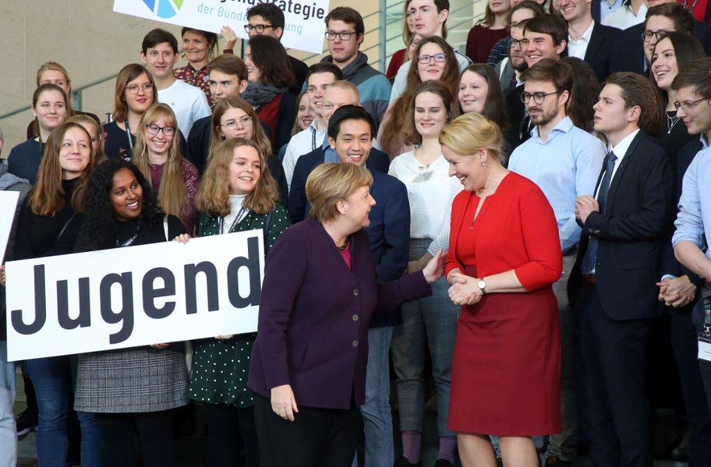 Bundeskanzlerin Angela Merkel (Mitte links) und Familienministerin Franziska Giffey bei der Vorstellung der Jugendstrategie der Bundesregierung im Kanzleramt. Foto: dpa/Wolfgang Kumm