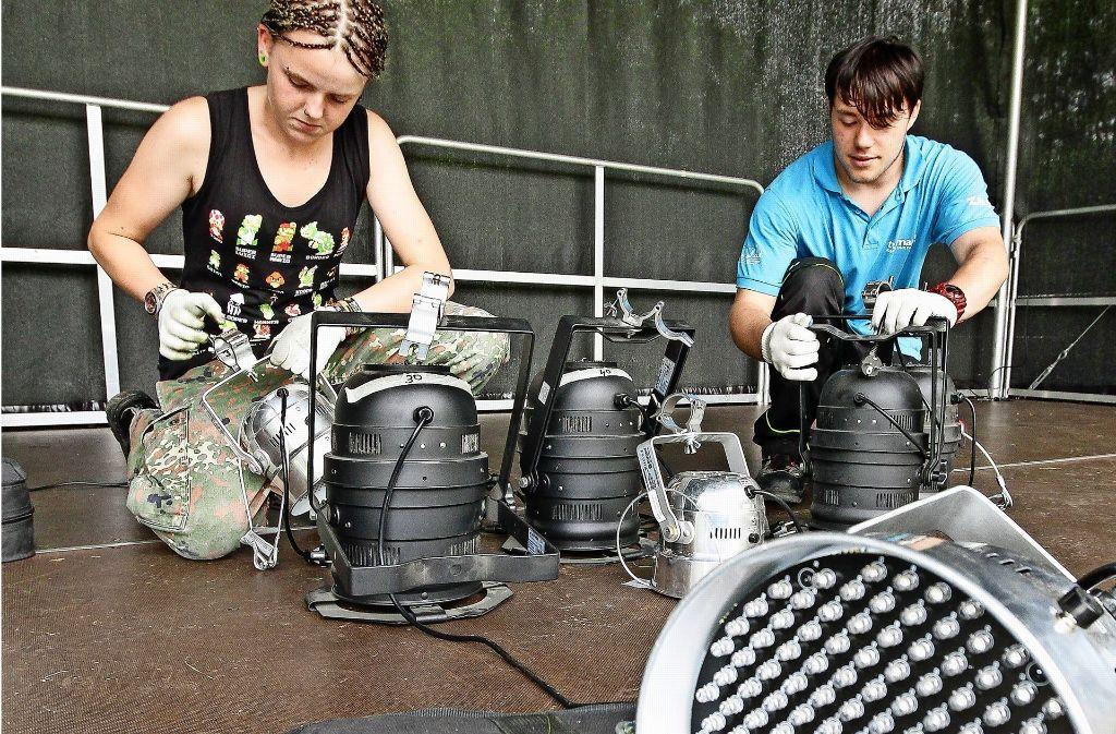 Damit die Bands auch in gutem Licht erstrahlen, werden hunderte Meter Kabel verlegt und angeschlossen. Foto: factum/Bach, Archiv