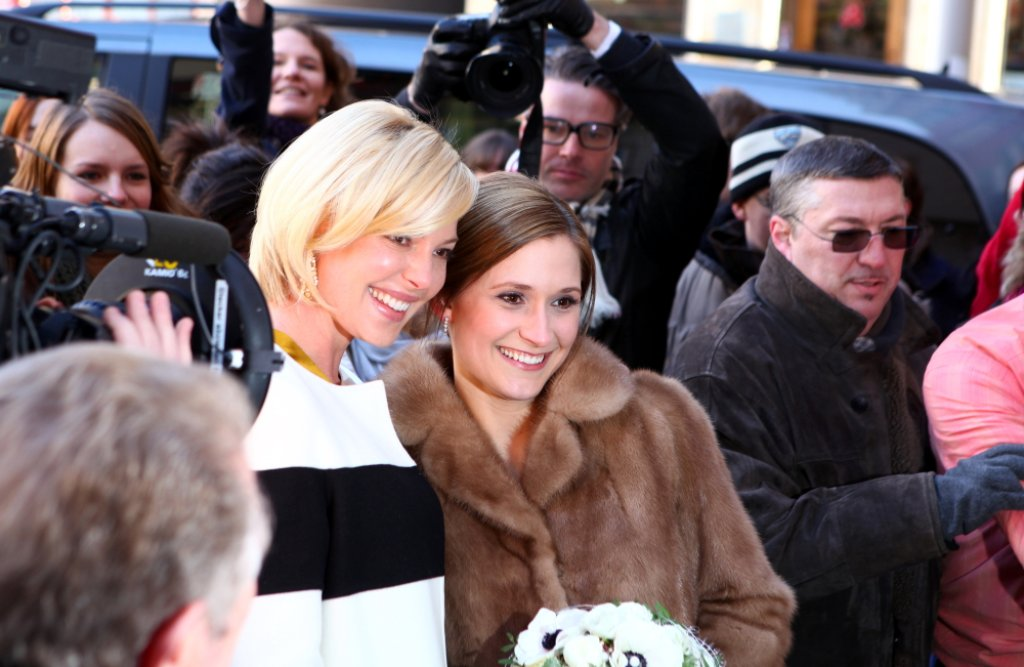 Ein Foto mit der Braut: Hollywoodstar Katherine Heigl (links) machte wieder gut, dass sie am Freitag in Esslingen alle Aufmerksamkeit auf sich zog. Foto: Beytekin