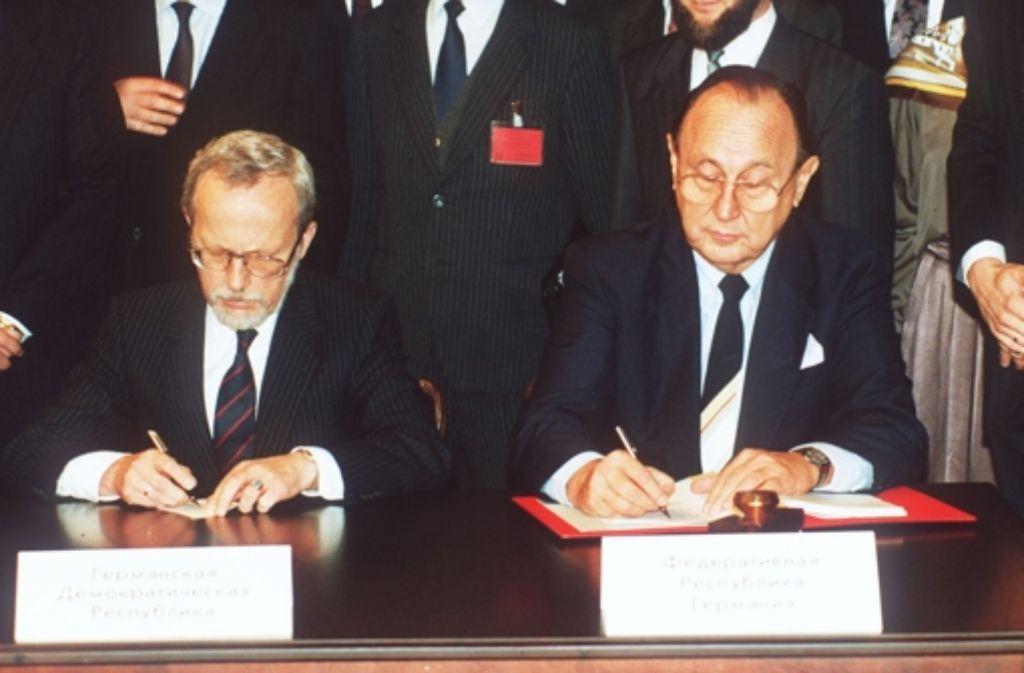 Für Deutschland hat Außenminister Hans-Dietrich Genscher (rechts) und der DDR-Ministerpräsident Lothar de Maizière den Einigungsvertrag unterschrieben. Foto: AP