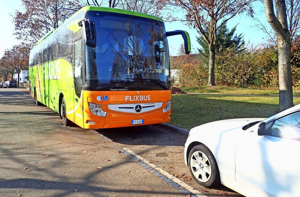 Dieser Fernreisebus eines italienischen Unternehmens fährt im Auftrag von Flixbus. Ist er nicht unterwegs, parken dieser oder andere regelmäßig in Oberaichen. Foto: Malte Klein
