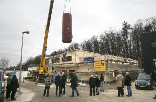 Der zweigeschossige  Wassertank schwebt ins Zentrum des Gebäudes im Ebersbacher Ortsteil Roßwälden, wo er künftig als Wärmespeicher die eingefangene Sonnenenergie bevorraten soll. Foto: Horst Rudel