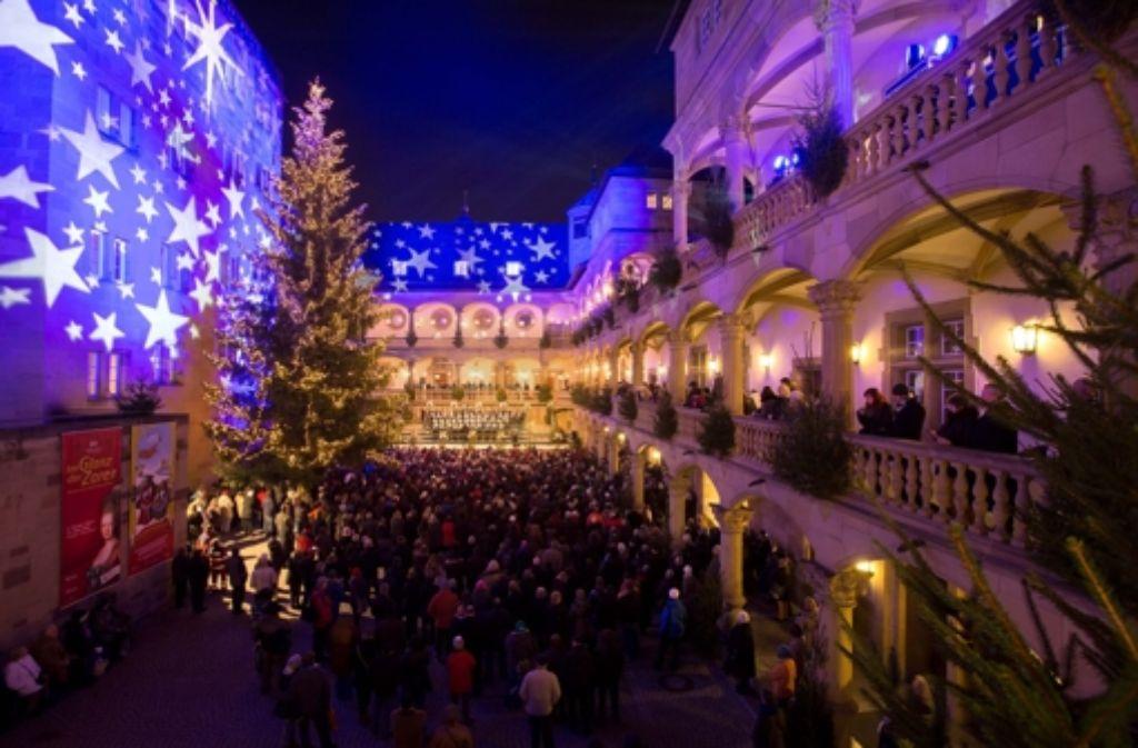 Eröffnungsfeier im Innenhof des Alten Schlosses: Der Weihnachtsmarkt zieht auch viele Gäste aus dem Ausland an. Foto: Michael Steinert