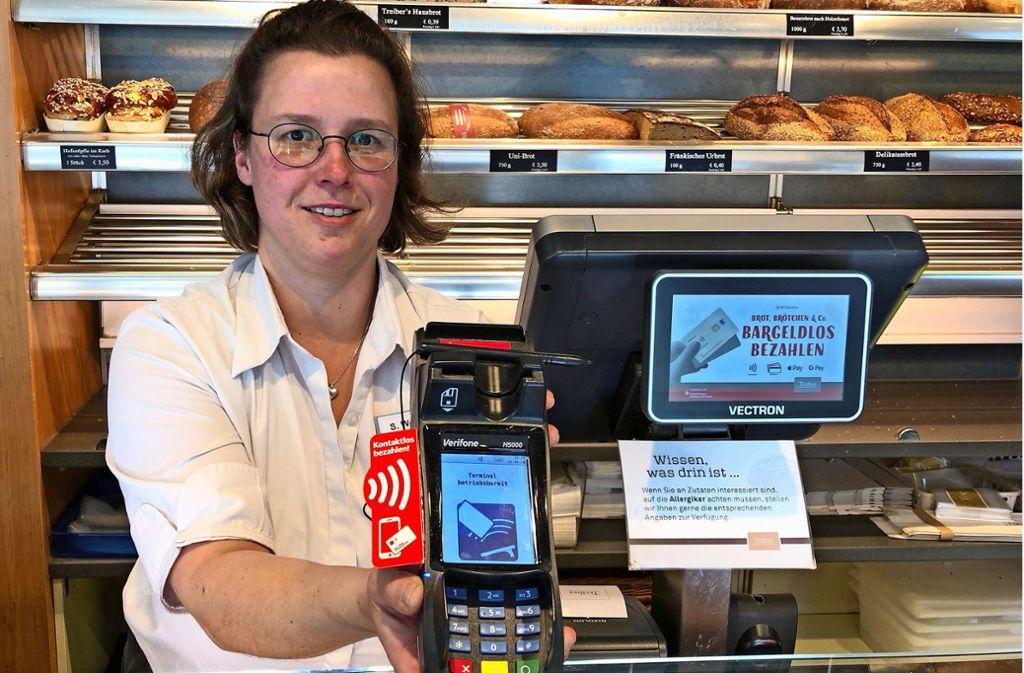 Susann Wendler arbeitet in der Bäckerei-Filiale in Echterdingen. Sie sieht viele Vorteile bei der neuen Zahlungsweise. Foto: Amadeus Banerjee