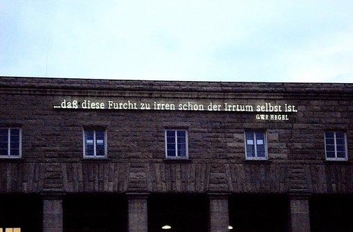 Seit 1993 ziert das Hegel-Zitat von Joseph Kosuth die Fassade des Bahnhofs. Foto: StZ