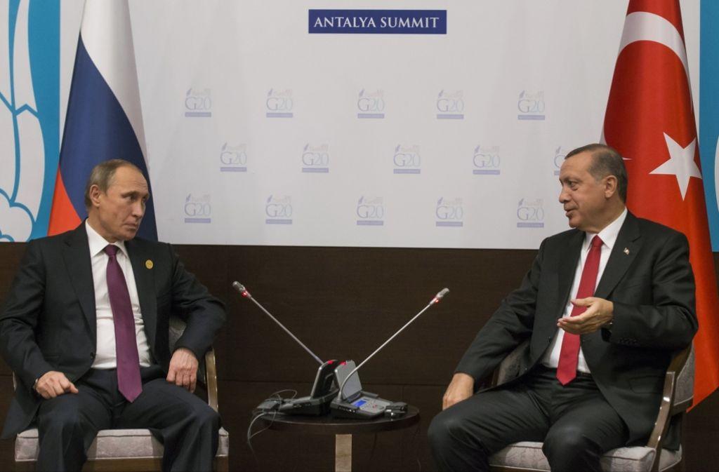 Gespräch unter den Staatschefs vor dem Abschuss eines russischen Kampfjets: Erdogan und Putin wollen nun erstmals nach dem Abschuss eines russischen Kampfjets wieder miteinander telefonieren. Foto: AP