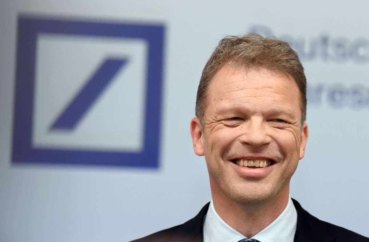 Bankchef Christian Sewing hat Grund zur Freude. Foto: dpa/Arne Dedert