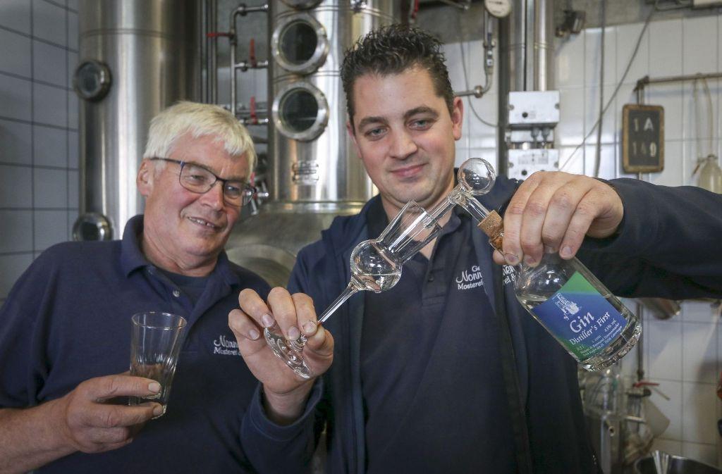 Vater und Sohn Nonnenmacher in ihrer Brennerei in Gärtringen: Distiller's First heißt ihr Gin, der rund 30 Euro die Flasche kostet. Foto: factum/Granville