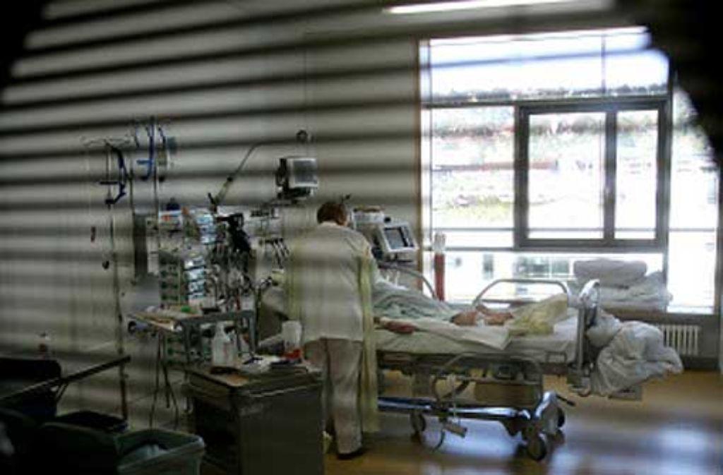 Im Krankenhaus können auch Altenpfleger gut eingesetzt werden. Foto: Achim Zweygarth