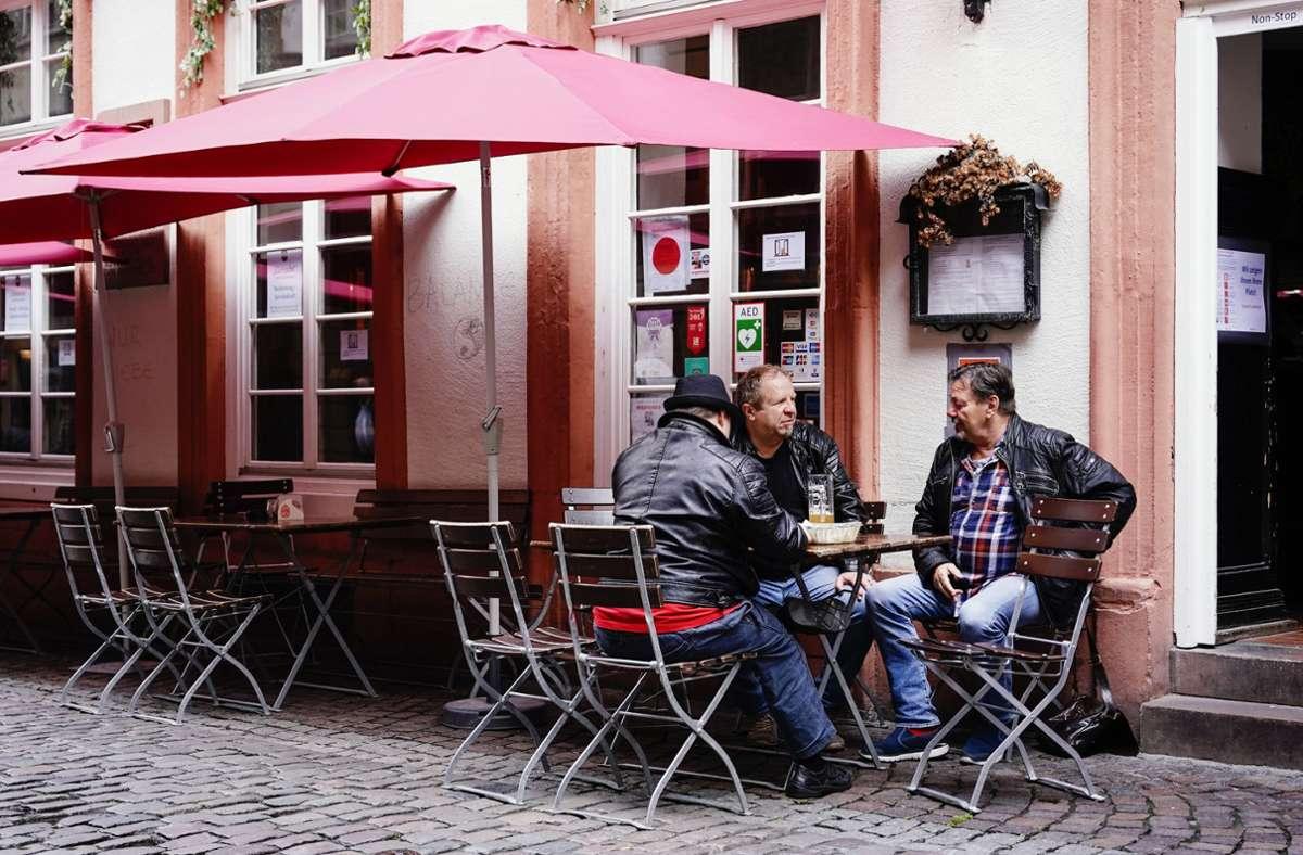 In Heidelberg traf man sich auf ein Bier. Foto: dpa/Uwe Anspach