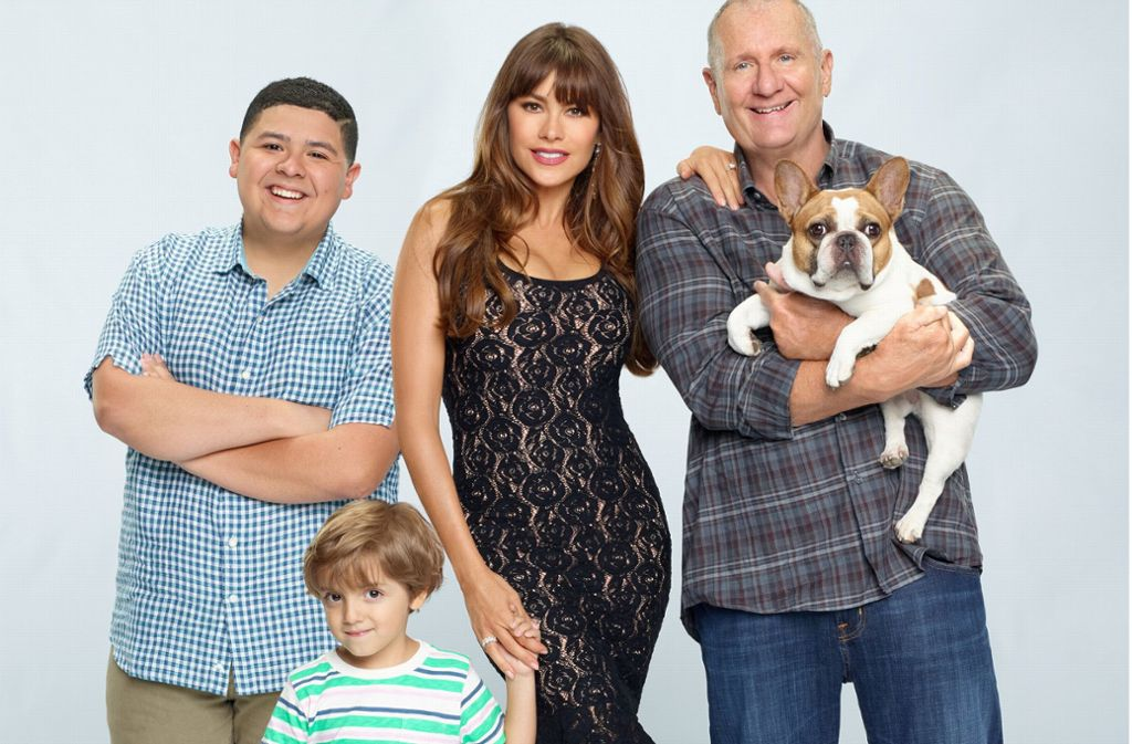 """Hündin Stella wurde bei """"Modern Family"""" zum Liebling von Jay (r.). Die Serie ist in Deutschland auf Netflix, Sky und Comedy Central zu sehen. Foto:"""