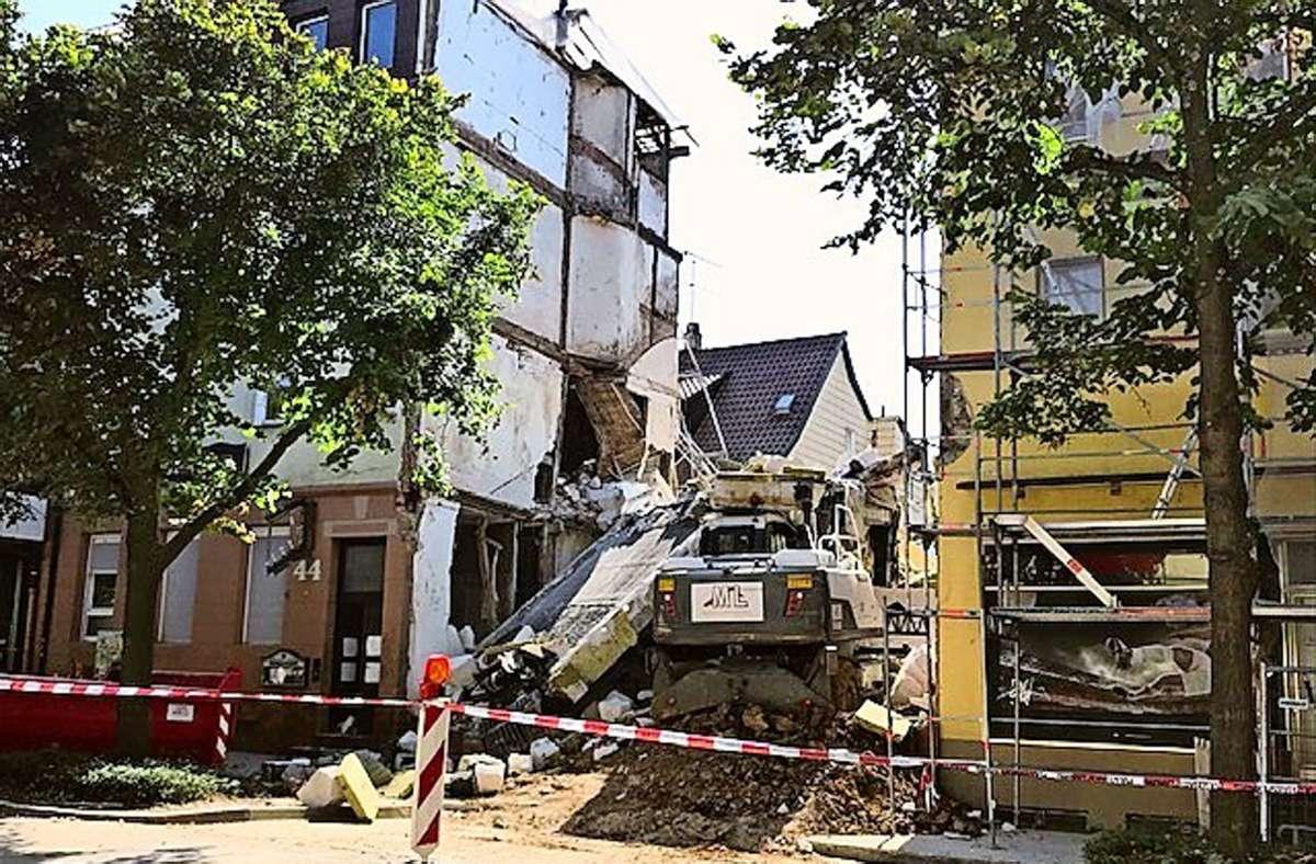 Ein Bild der Verwüstung: Auch die Bagger der Abbruchfirma wurden unter den Trümmern des eingestürzten Gebäudes begraben. Foto: