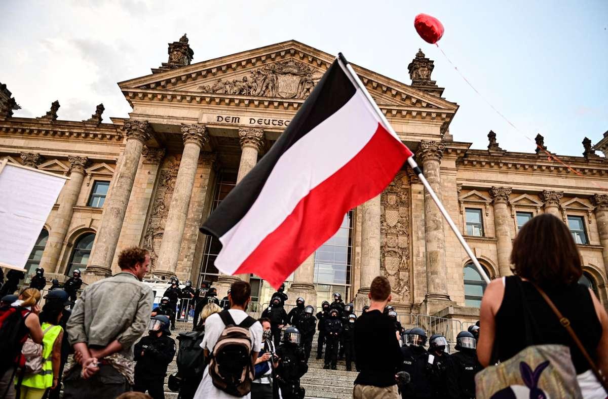 Die Flagge in den Farben schwarz-weiß-rot  wird häufig von Rechtsextremen verwendet. Foto: dpa/Fabian Sommer