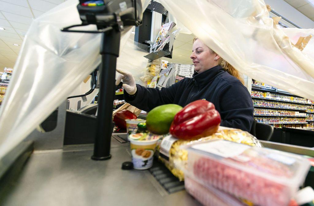Kassiererinnen in Supermärkten gehören zu jenen Menschen, auf es in der Corona-Krise besonders ankommt. Foto: dpa/Frank Molter