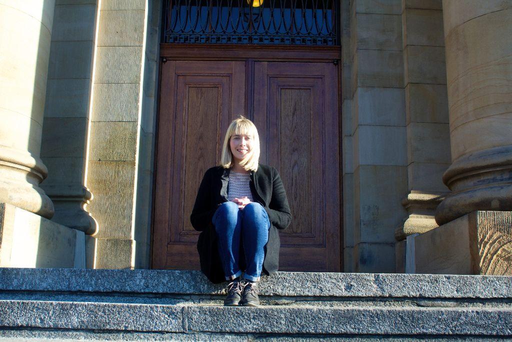 Lena-Louise Zimmermann vor dem Staatstheater Stuttgart - ihrem zweiten Zuhause. Foto: Tanja Simoncev