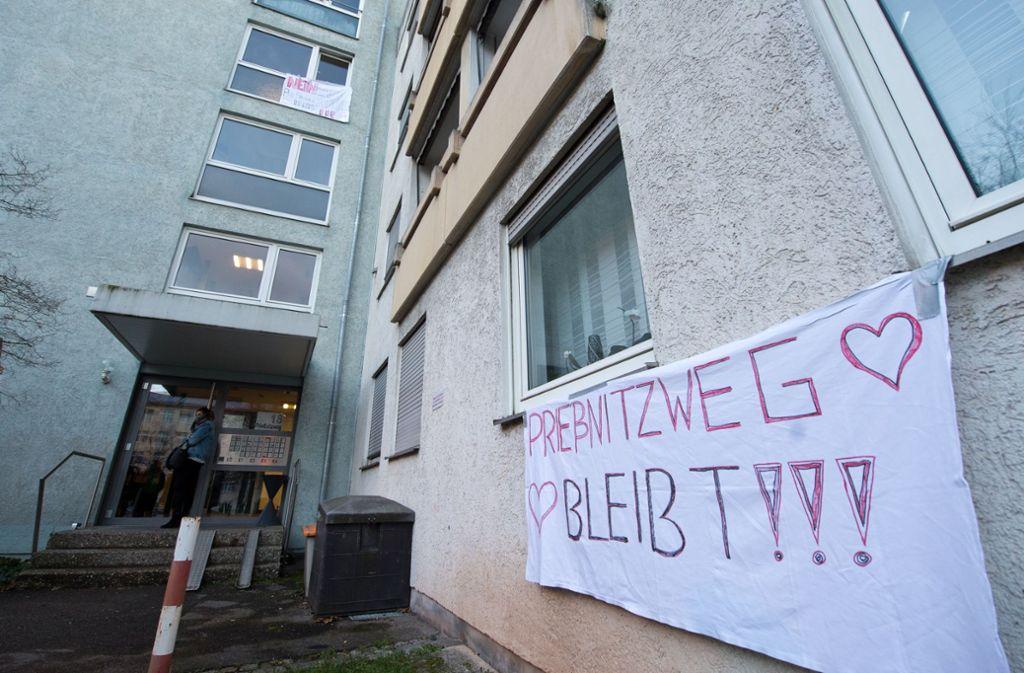 Das Personalwohngebäude Prießnitzweg 18 sollte ursprünglich nur saniert werden. Jetzt will man es doch abreißen. Dagegen regt sich aber Widerstand der Beschäftigten. Foto: Lg/Willikonsky