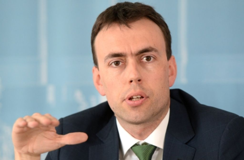 Vizeregierungschef Nils Schmid (SPD) muss sich im Streit um die Weiterbildung der Attacken von Gewerkschaften und Wirtschaftsvertretern erwehren. Foto: dpa