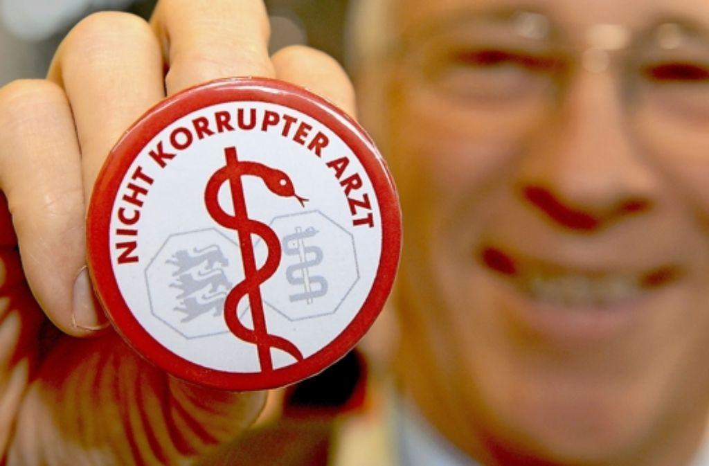 Die  Landesärztekammer Baden-Württemberg ist die Korruptionsdebatte leid. Sie hat ihre eigenen Buttons herausgegeben  – mit einer eindeutigen Botschaft. Foto: dpa
