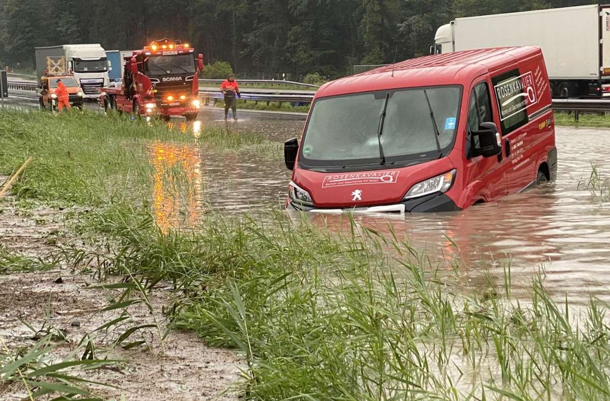 Starke Überschwemmungen sorgen für eine Sperrung der Autobahn. Foto: dpa/Bernd März