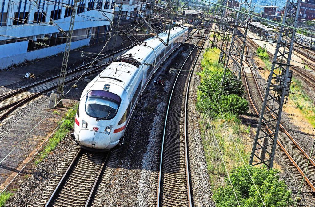 Die Bahn distanziert sich von den Aussagen des rechtsextremen Flyers. (Symbolbild) Foto: dpa