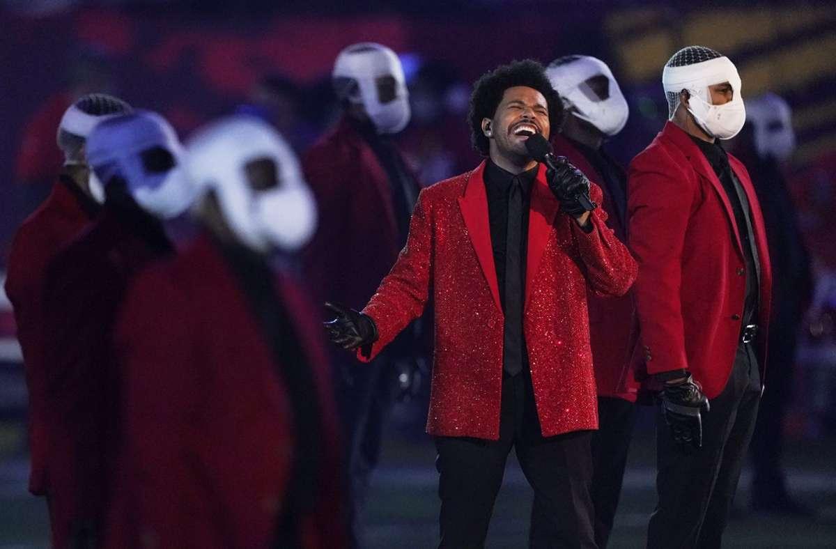 """Der 30-jährige Star spielte im roten Glitzerjacket ein Medley unter anderem mit seinen Hits """"Blinding Lights"""" und """"I Feel It Coming"""". Foto: dpa"""