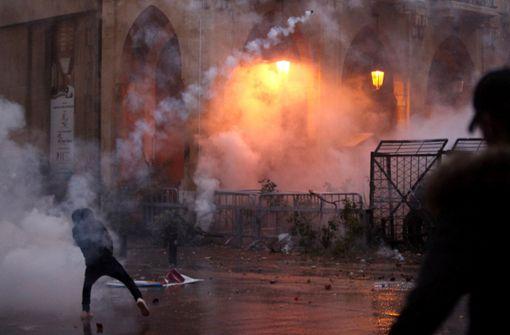 Stundenlange Straßenschlachten fordern über  100 Verletzte