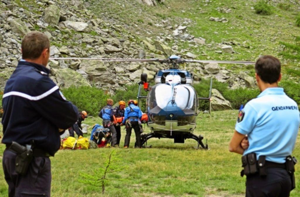 Am Fuße des Ecrin-Massivs werden die Opfer von Rettungskräften zum Helikopter gebracht. Foto: AP