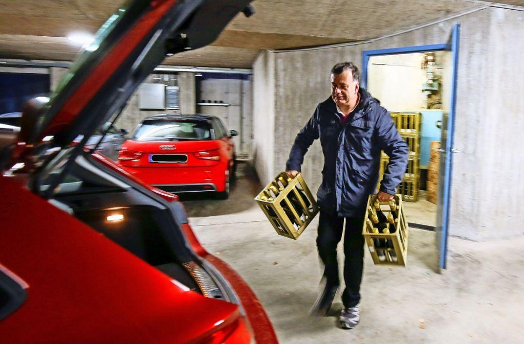 Zu Weihnachten gibt es eine Flasche Rotwein: Amtsbote Dieter Kurz liefert sie persönlich aus. Foto: factum/Granville