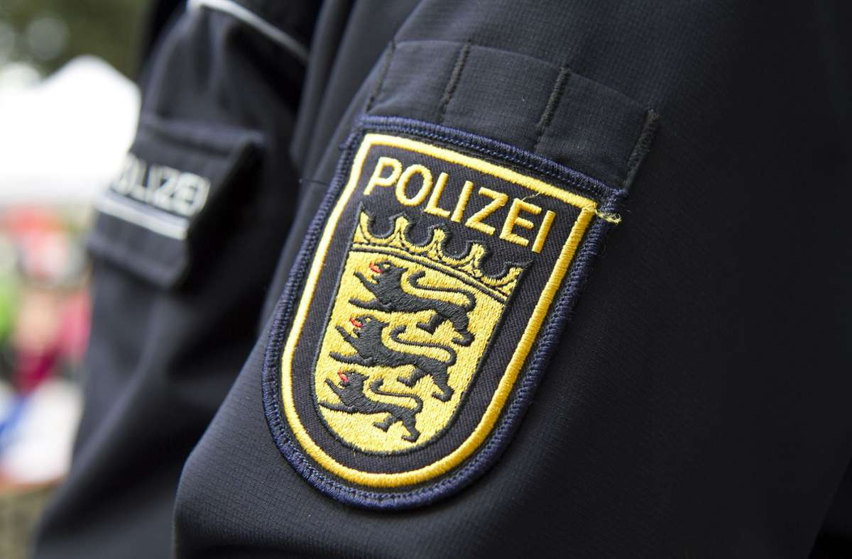 Die Polizeibeamten mussten die 83-Jährige aus dem Supermarkt schieben. Foto: Eibner/Fleig