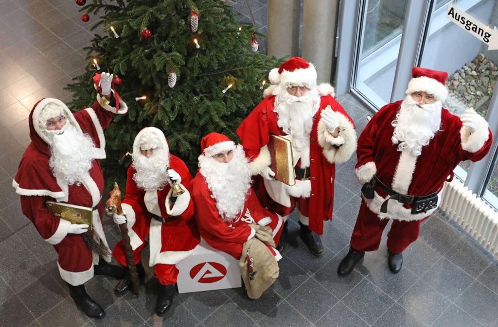 Stark nachgefragt: Weihnachtsmänner in Dienstkleider in der Agentur für Arbeit in Rostock Foto: dpa