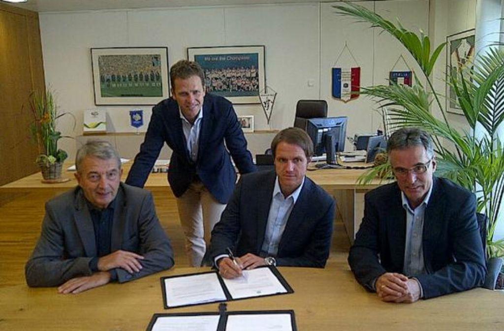 Thomas Schneider (Zweiter von rechts) bei der Vertragsunterschrift mit Wolfgang Niersbach, Oliver Bierhoff und Helmut Sandrock (von links). Foto: twitter.com/DFB_Team
