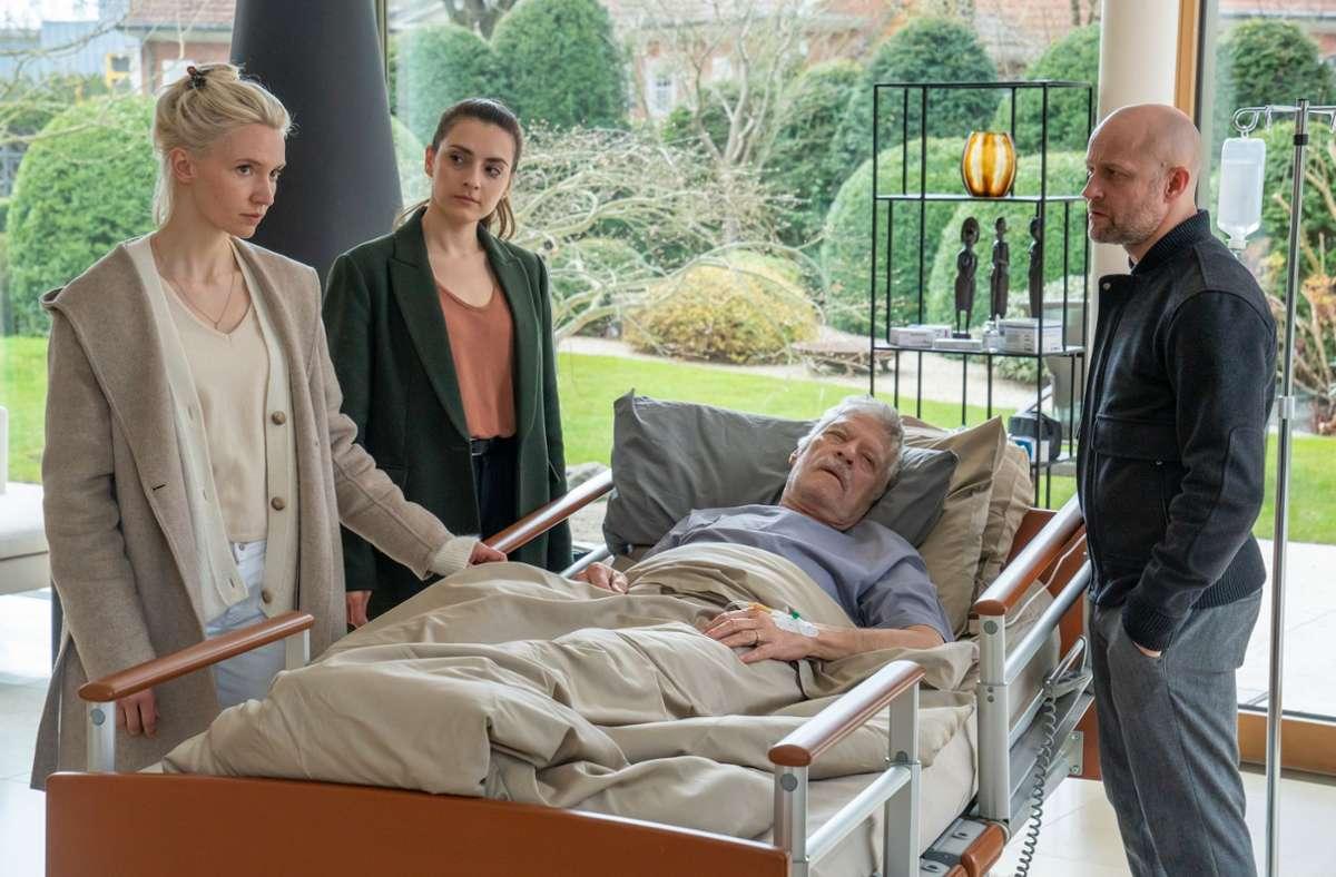 Die Pflegerin Julia Radenski (Frida-Lovisa Hamann, l.) kommt in Erklärungsnöte gegenüber den Kommissaren Robert Heffler (Jürgen Vogel, r.) und Kay Freund (Seyneb Saleh, 2.v.l.). Foto: ZDF/Oliver Feist