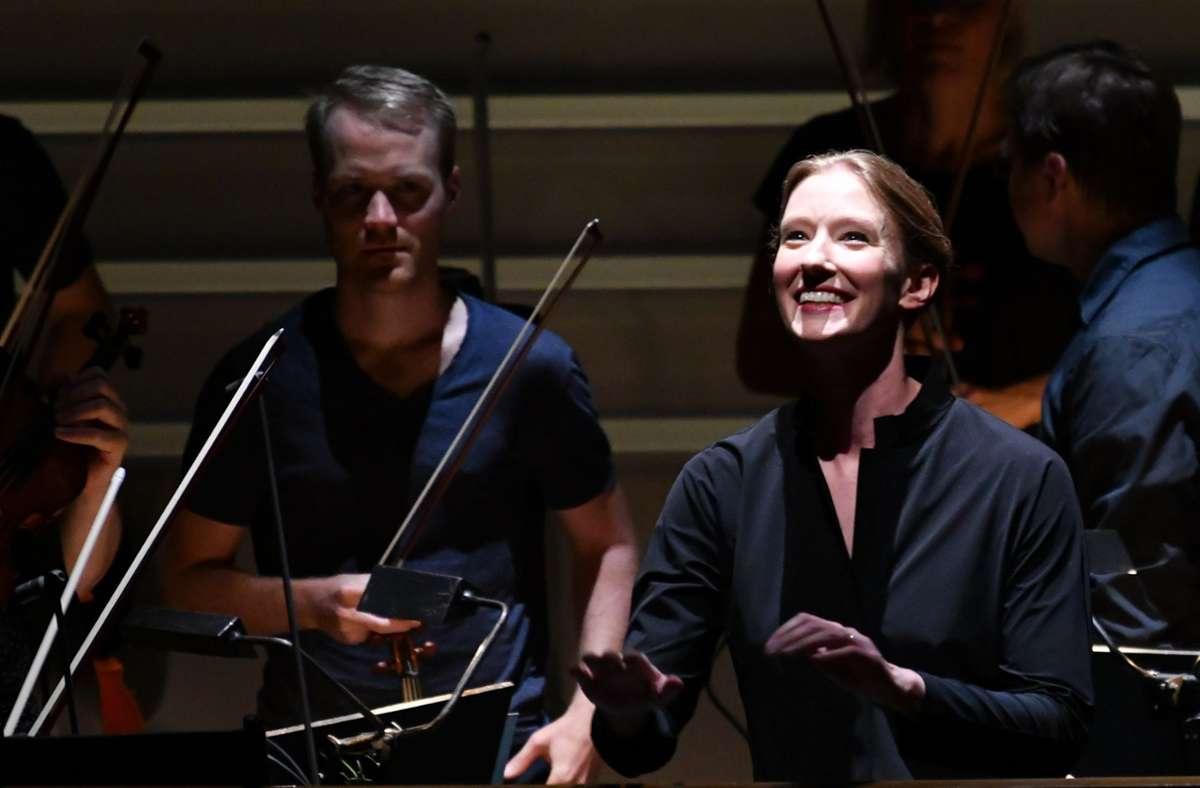 """Joana Mallwitz (re.), Generalmusikdirektorin der Staatsoper Nürnberg, hat in Salzburg mit den  Wiener Philharmonikern  Mozarts """"Cosi fan tutte"""" präsentiert. Foto: dpa/Barbara Gindl"""