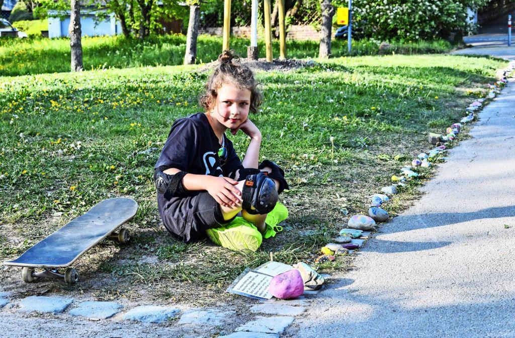 Der achtjährige Johann Schmitt hat die Aktion initiiert und schaut täglich nach seiner Kette. Foto: Tom Bloch