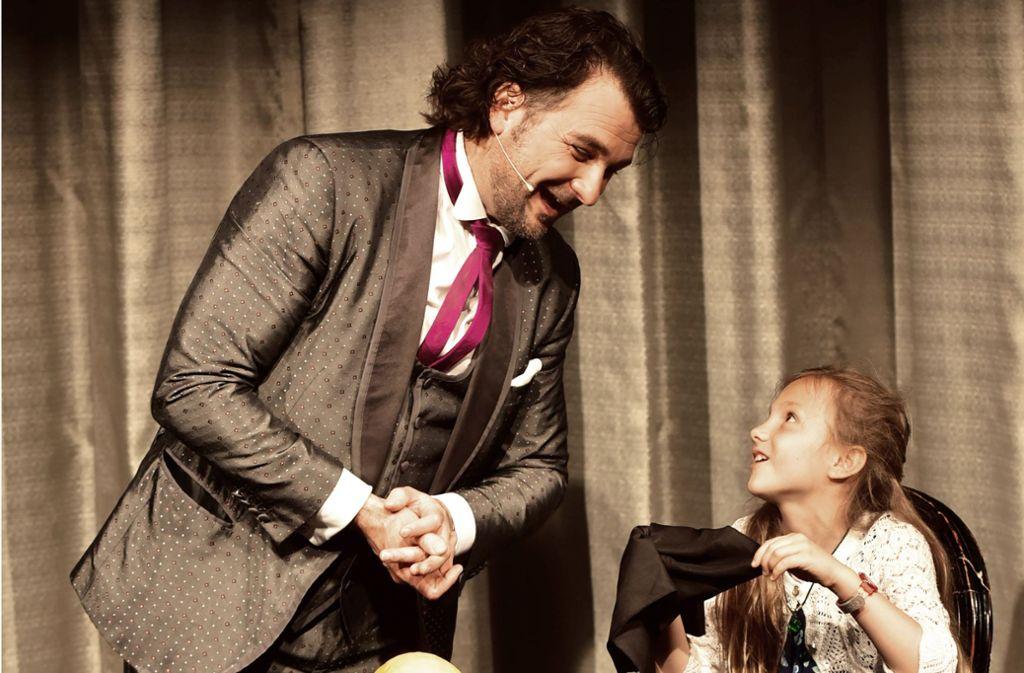 Thorsten Strotmann bezaubert die achtjährige Laura. Foto: Lichtgut/Claudia Zimmermann