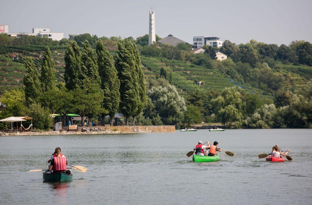 Freizeitspaß im Sommer – Bootfahren auf dem See. Foto: dpa/Christoph Schmidt